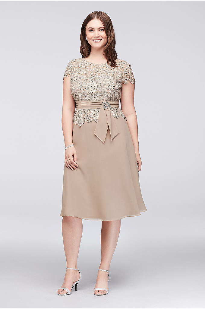 Brooch Waist Lace and Chiffon Plus Size Dress - A pleated waistband with a dazzling brooch detail