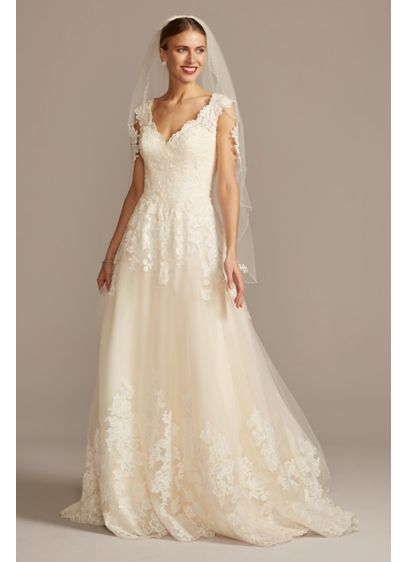 Scalloped V-Neck Lace and Tulle Wedding Dress - Princess dreams come true in a traditional ball